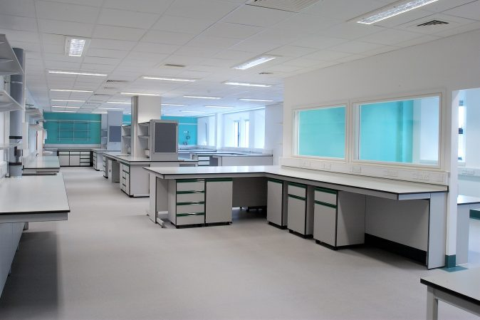 Healthcare lab with cantilever benching system and mobile units